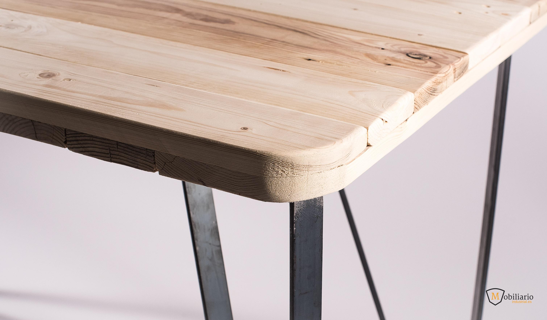 mesa de palet con patas metálicas