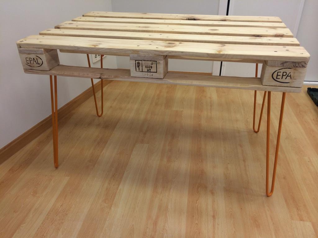 fabricar una mesa con palet y patas metálicas