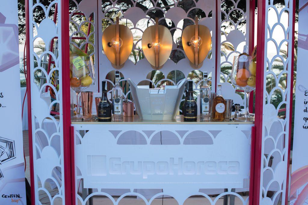lámparas encendidas en stand de diseño