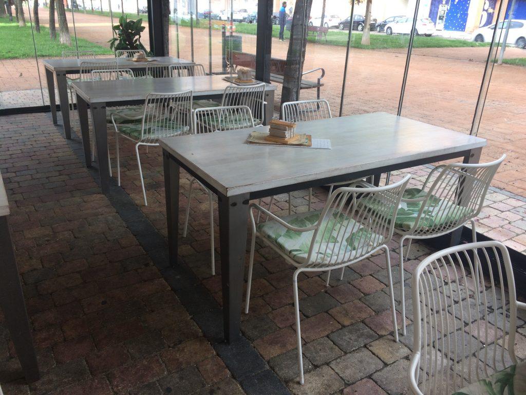 mesa rectangular con patas robustas