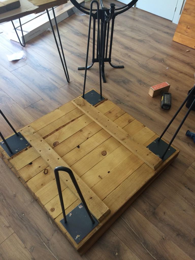Decoración de pizzería con patas metálicas un tablero de madera para mesa industrial