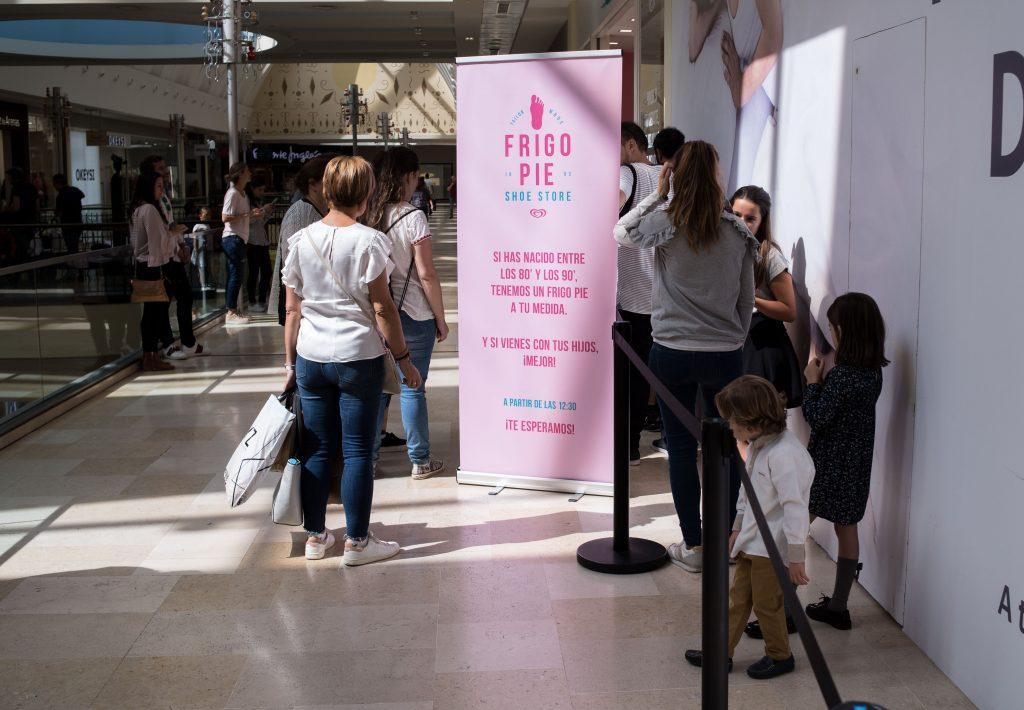 Gente esperando para entrar en la zapatería