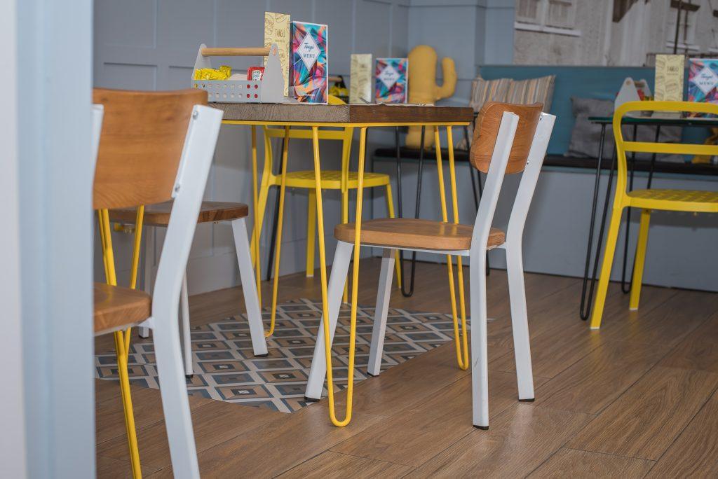 Mesa amarilla Hamburguesería Tangú