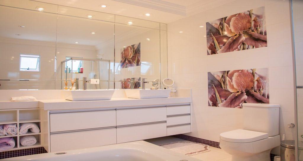 baño con luz y el espacio por Mobiliario Industrial