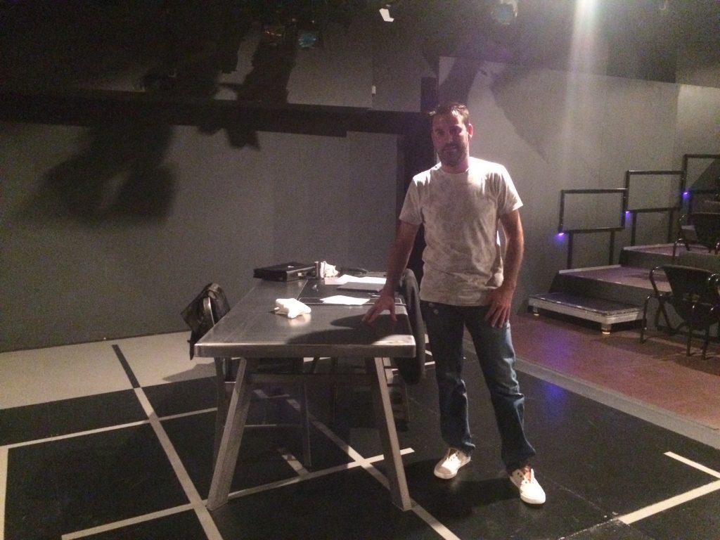 Atrezo mesa para Teatro Mobiliario Industrial con Arturo Fernández Serrano