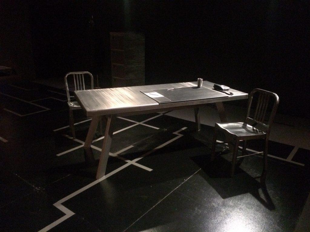 Atrezo mesa para obra de teatro