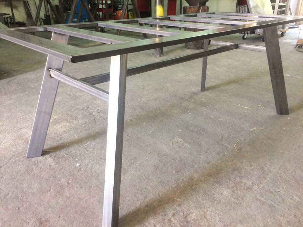 Mesa atrezo con diseño mobiliario industrial