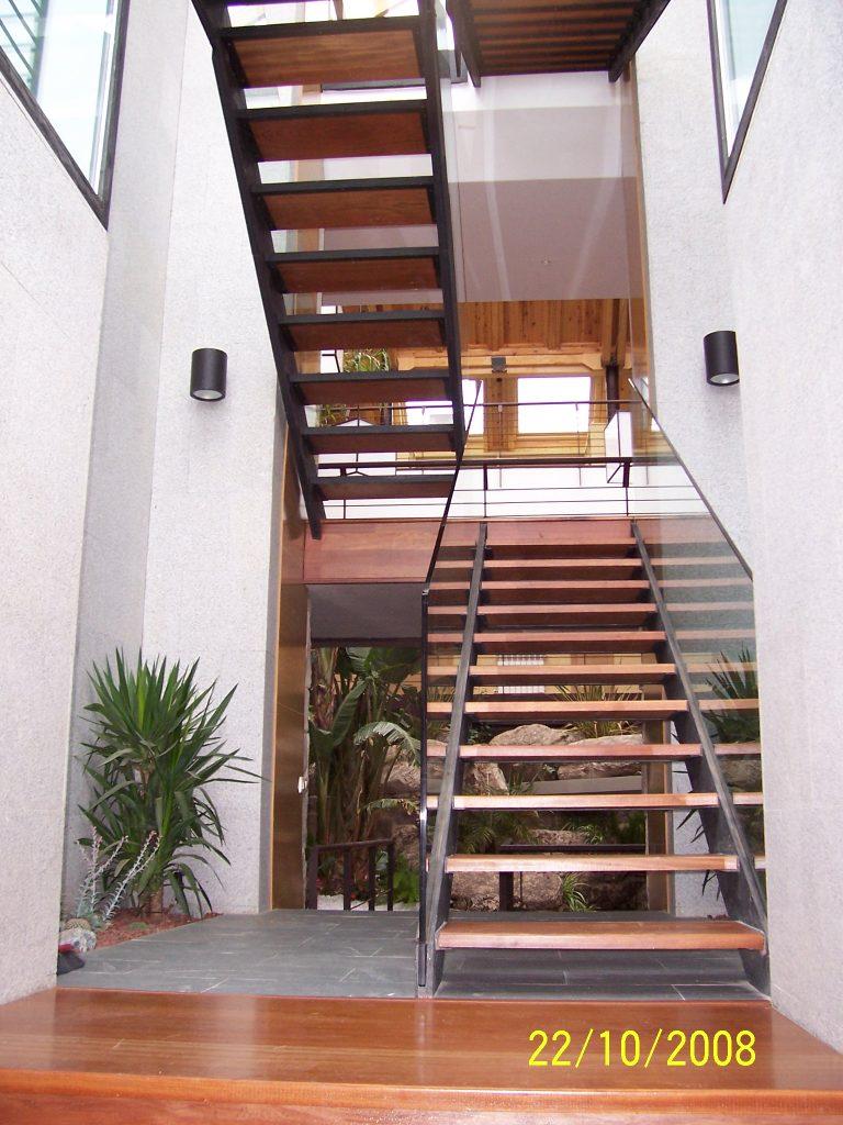 casa con escalera principal