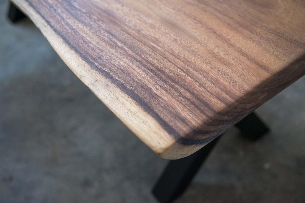 esquina de mesa de madera con patas de metal
