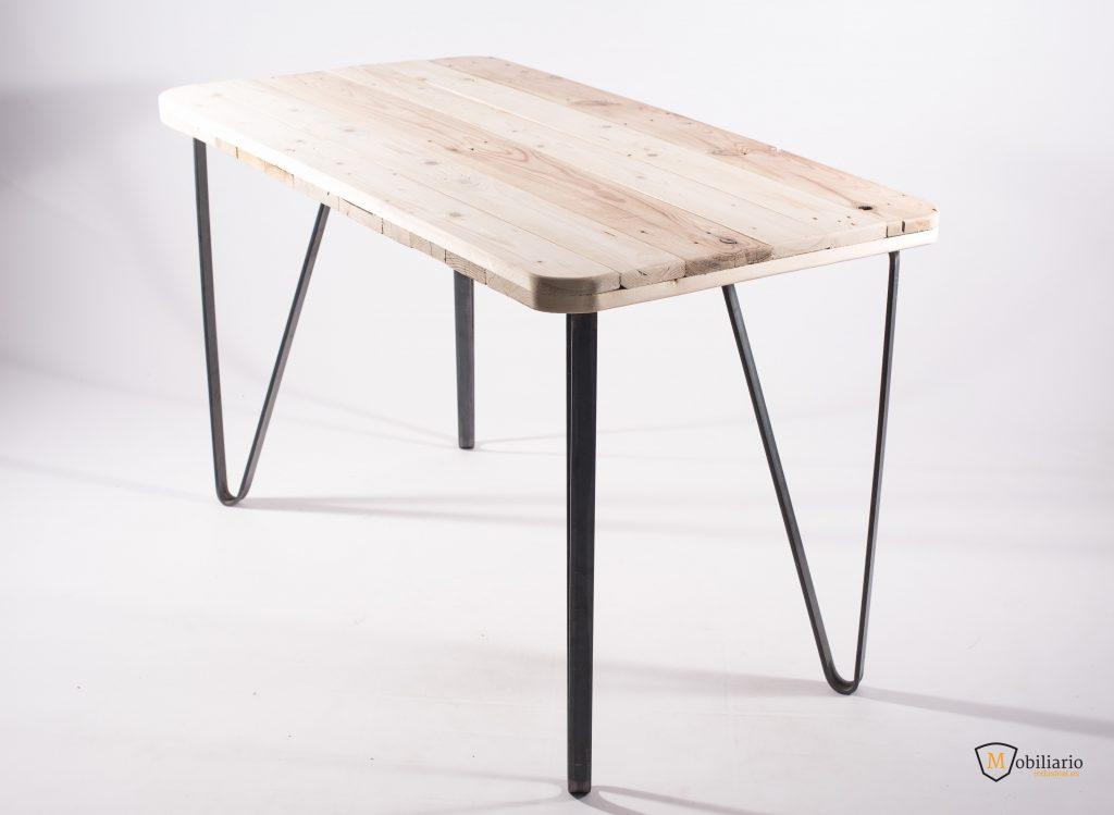 mesa con tapa de madera y patas metálicas