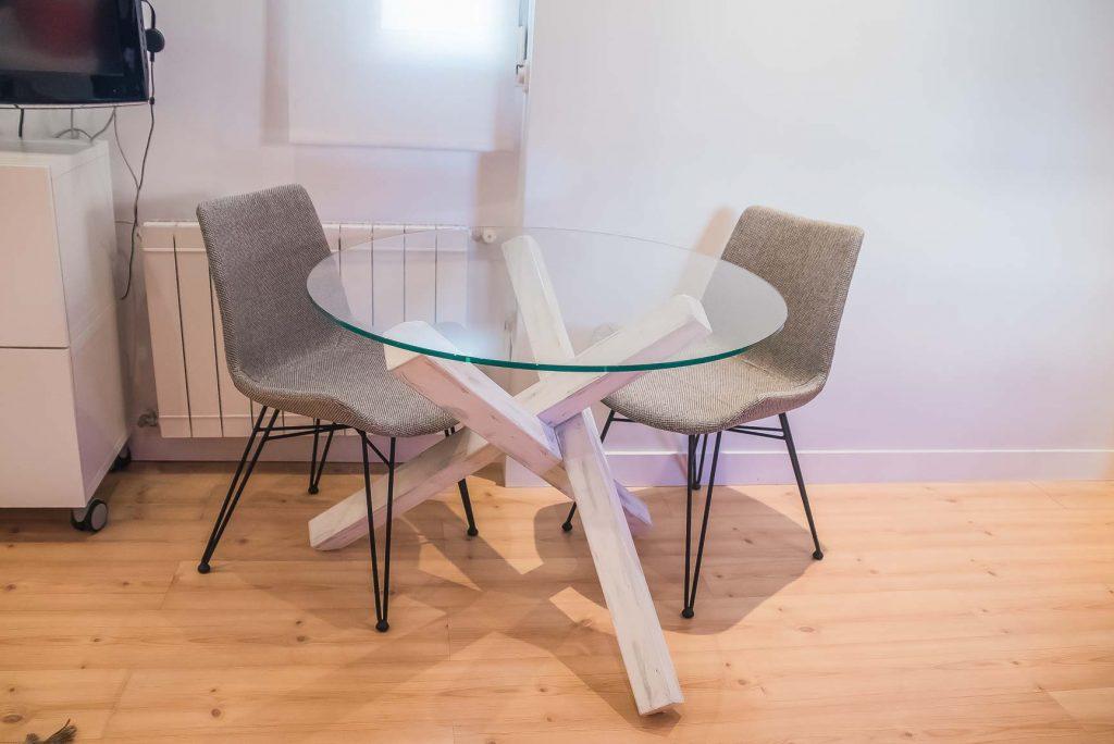 mesa redonda con patas blancas