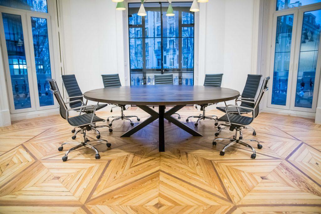mesa redonda con patas de metal