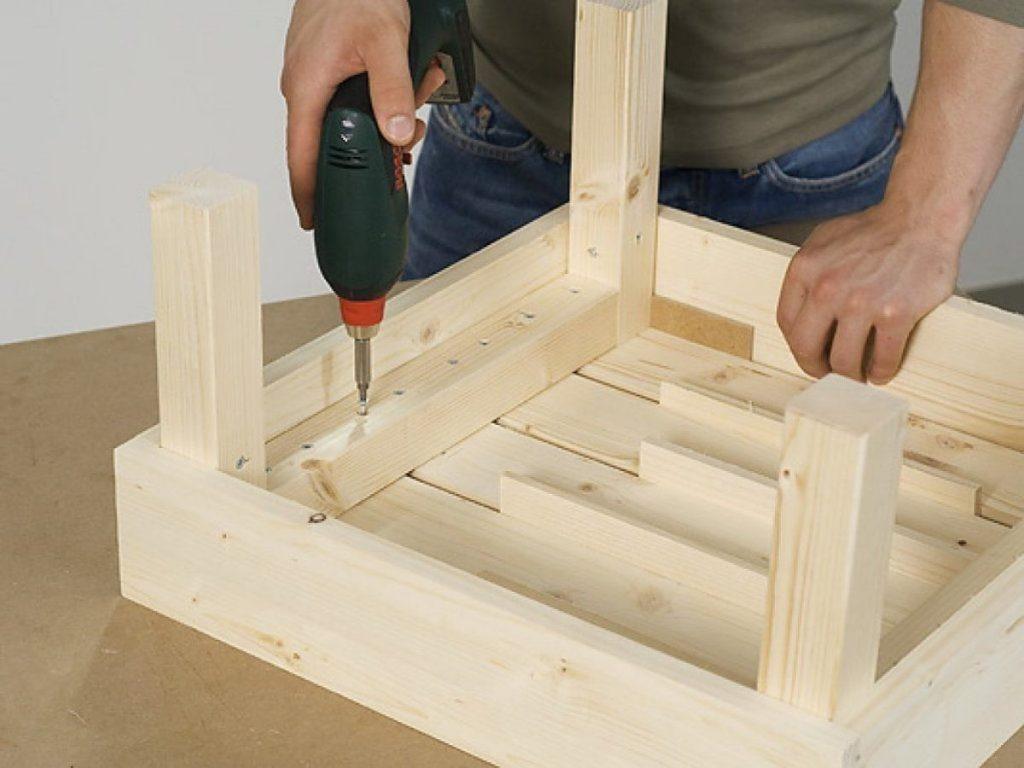 hombre montando mesa hecha en casa