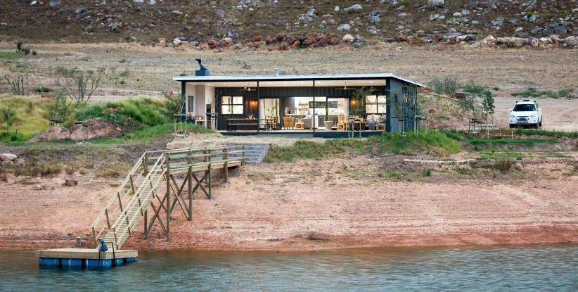 casa del lago con dos contenedores