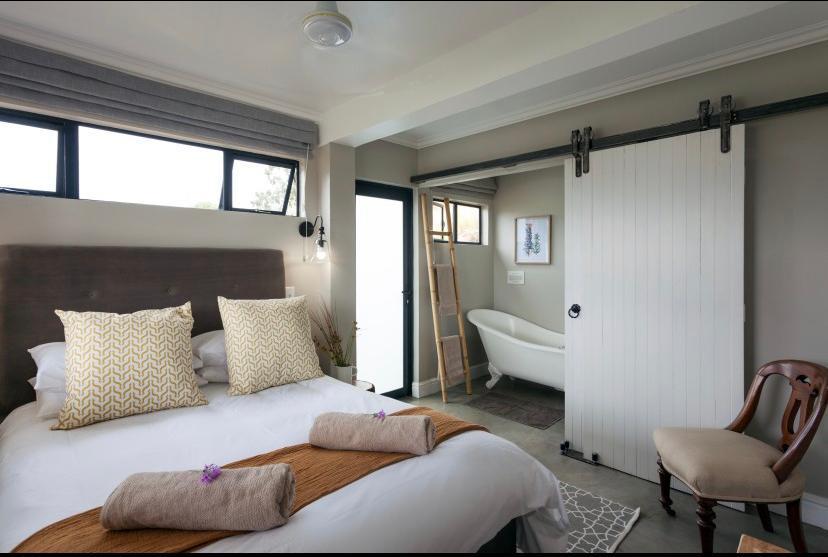 dormitorio principal con baño con bañera rústica